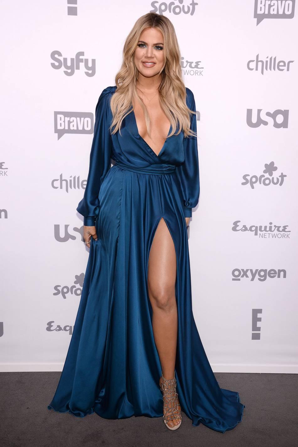 """Khloe Kardashian affiche son décolleté pour son talk-show, """"Kocktails with Khloe""""."""