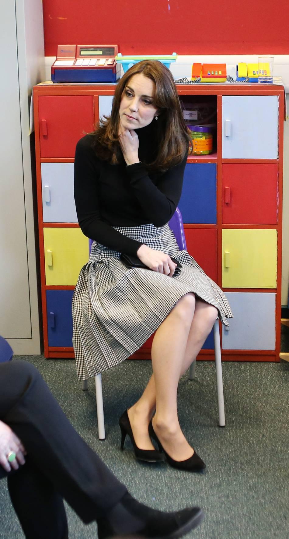 visite Pour Ecosse jeune la une en femme sur jupe mise Le sa Kilt OO4w5