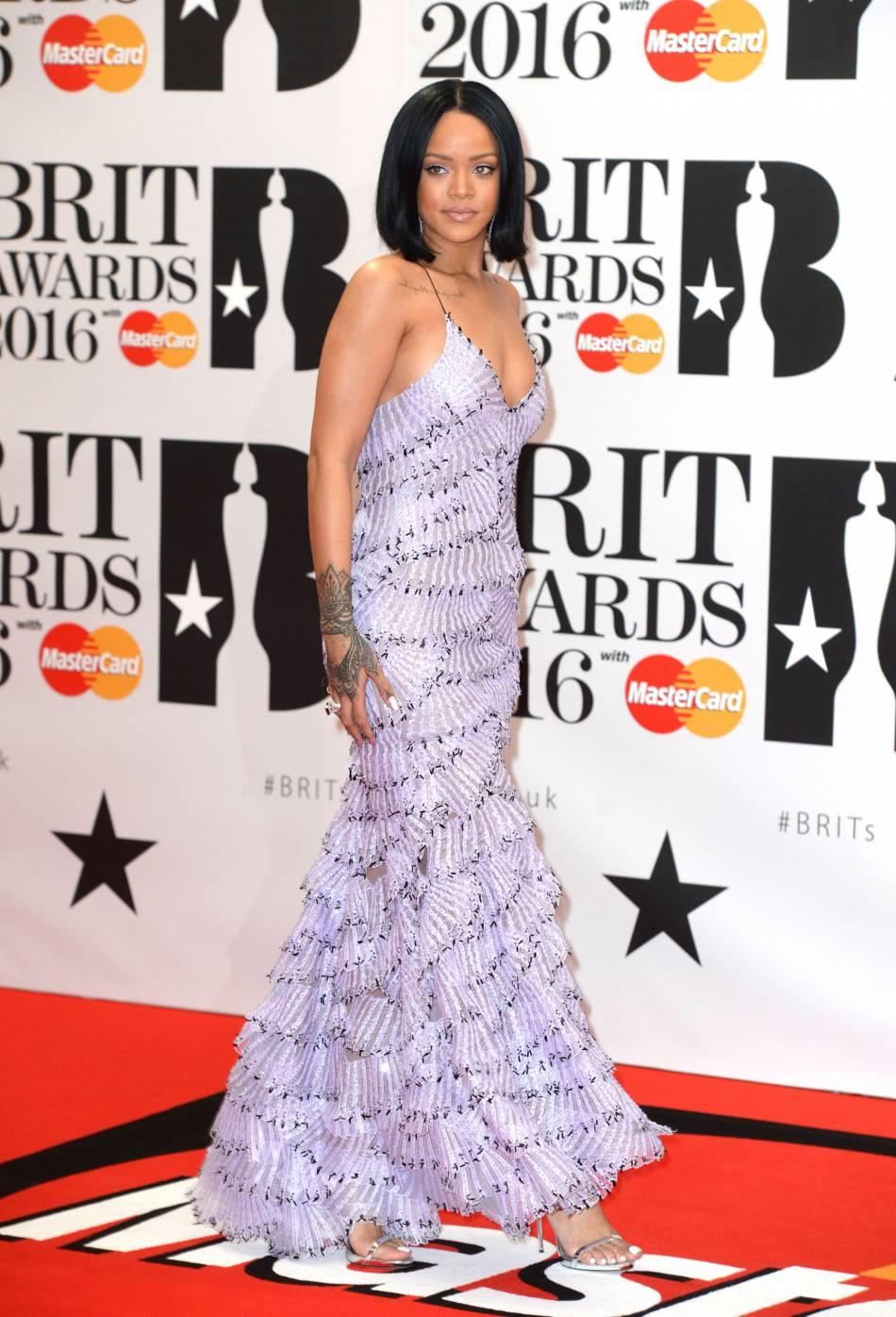 Rihanna, véritable sirène dans sa robe Armani Privé au Brit Awards 2016.