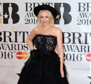 Kylie Minogue a joué la carte de l'audace dans une robe froufroutante Dolce & Gabbana aux Brit Awards 2016.