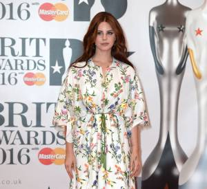 Lana Del Rey semble se noyer dans sa toge à fleurs...