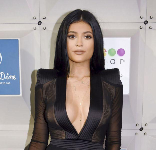 Kylie Jenner annonce sa collaboration avec la marque de vernis Sinful Color.