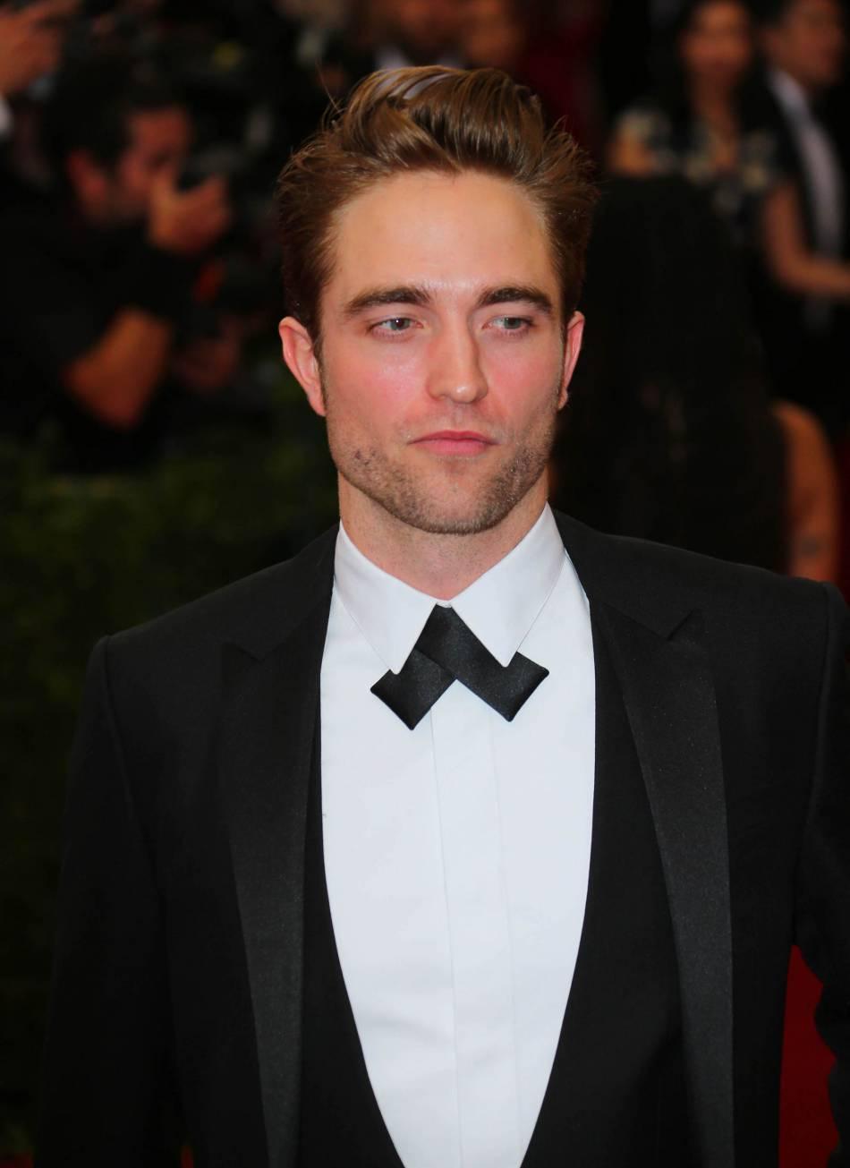 Déjà égérie du parfum Dior Homme, Robert Pattinson devient celle du prêt-à-porter Automne 2016 Dior Homme.