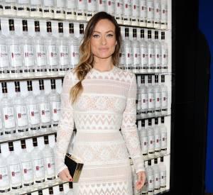 Olivia Wilde opte pour un look doux et épuré avec une longue robe en crochet blanc.