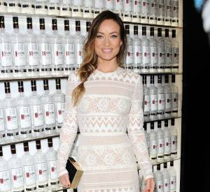 Olivia Wilde accompagne sa tenue d'accessoires noirs. Canon !