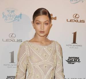 Gigi Hadid : sein dehors lors du défilé Versace