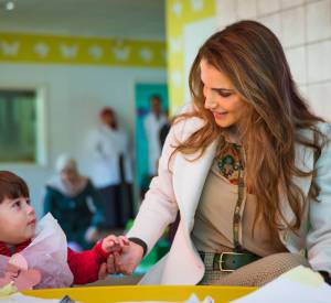 Maman de quatre enfants, Rania de Jordanie est à l'aise avec les petits.