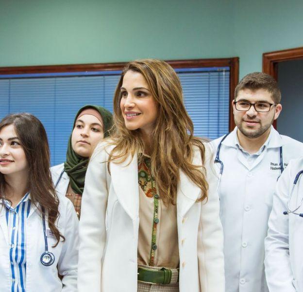 La reine Rania de Jordanie au milieu des étudiants en médecine de l'université Hashemite de Zarqa.