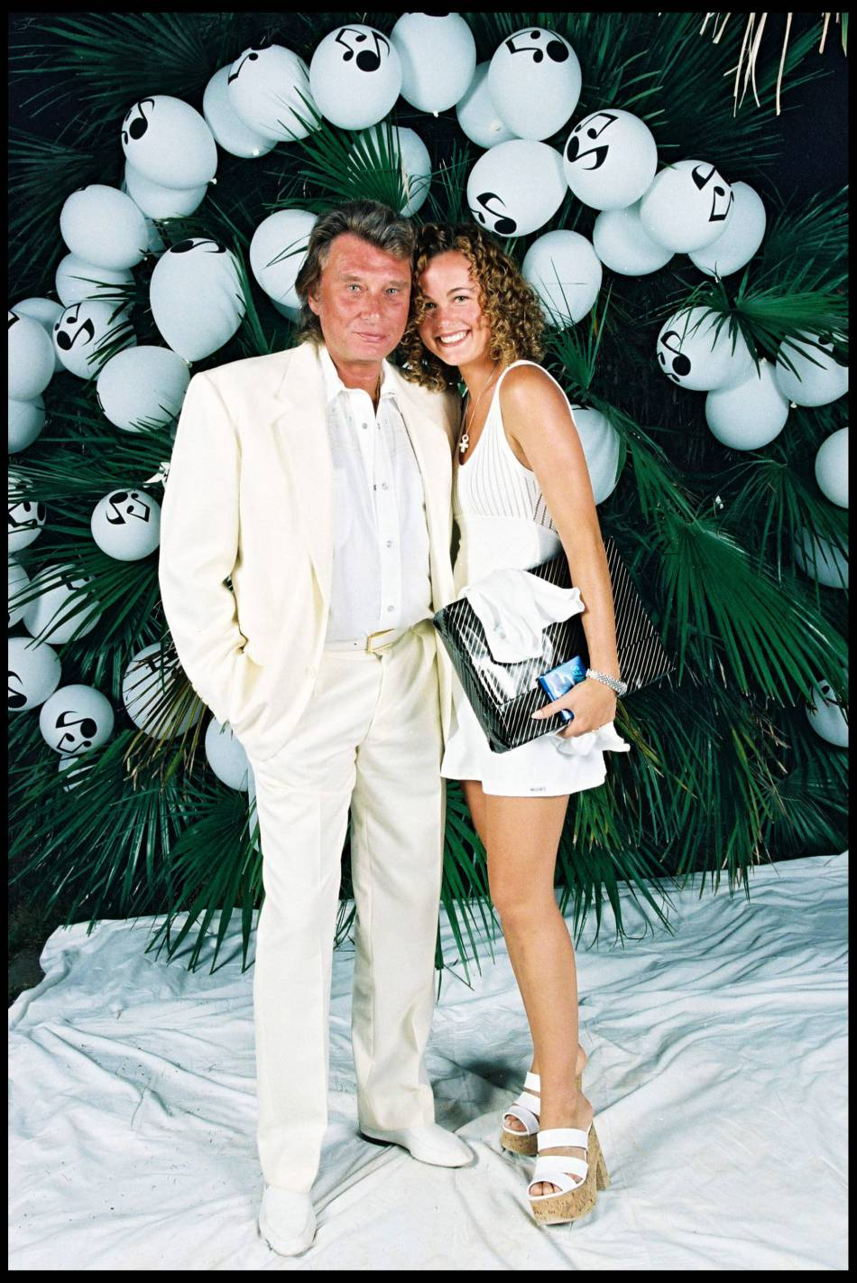 Johnny et Laeticia lors de leur toute première soirée blanche chez Eddy Barclay. C'était en juillet 1995.