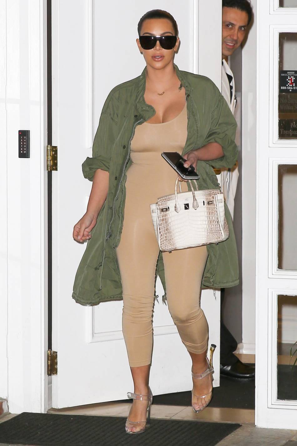 Kim Kardashian se dévoile toute moulée et nude à LA.