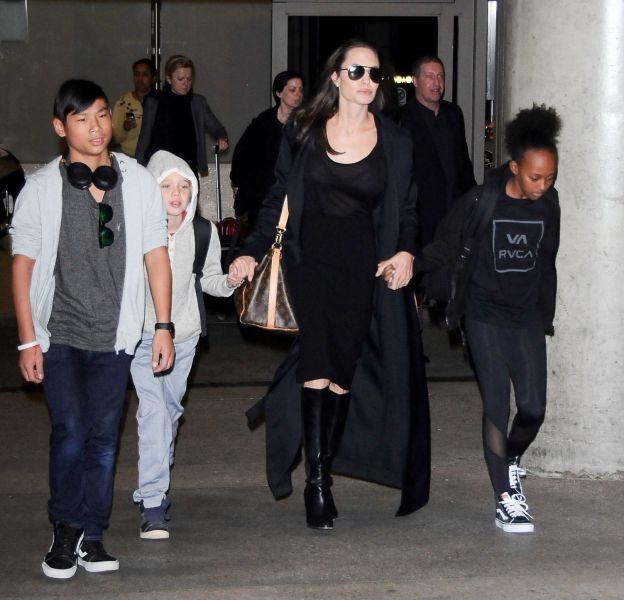 Angelina Jolie, livide à la sortie de l'aéroport.