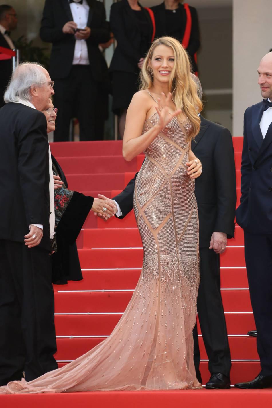 Blake Lively dans une robe  Atelier Versace sur le tapis rouge de Cannes 2016.
