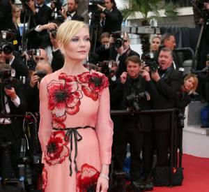 Kirsten Dunst porte une robe à traine Gucci fleurie et surtout très mode.