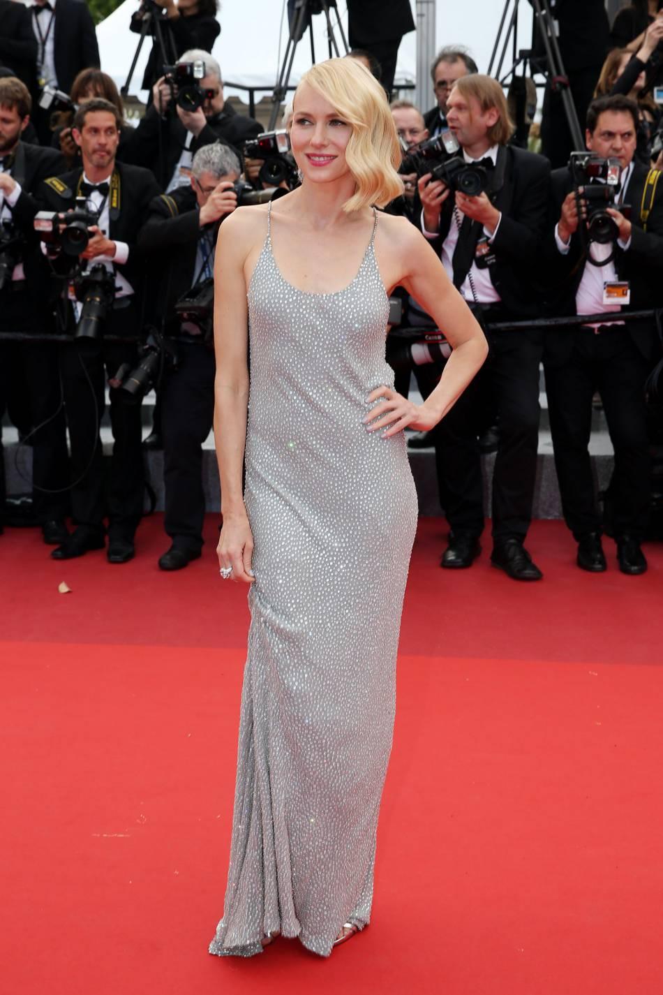 Naomi Watts sublime sa silhouette dans cette robe Michael Kors scintillante.