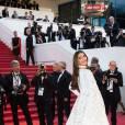 Sonam Kapoor emmène la robe à traîne à un autre niveau sur le tapis rouge de Cannes 2016.