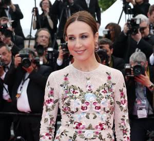 La Française Elsa Zylberstein nous séduit avec cette robe longue fleurie.