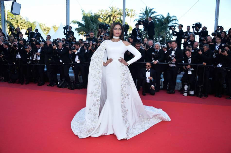 """L'égérie L'Oréal Paris Sonam Kapoor en Ralph & Russo lors de la montée des marches de """"Mal de pierres"""" le 15 mai 2016 à Cannes."""