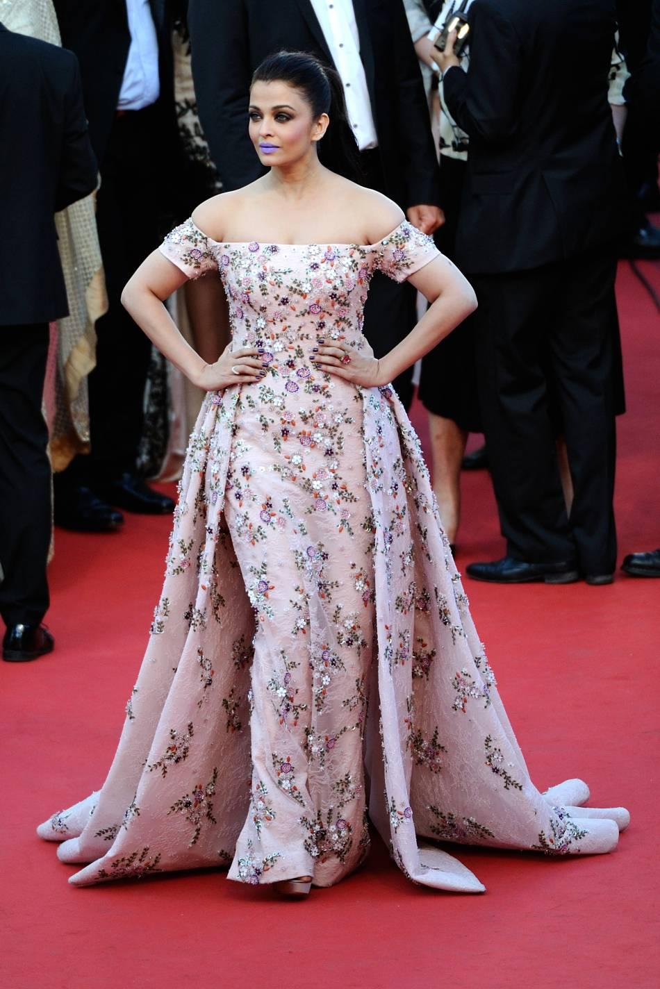 """Aishwarya Rai en Rami Kadi et bijoux de Grisogono lors de la montée des marches de """"Mal de pierres"""" le 15 mai 2016 à Cannes."""