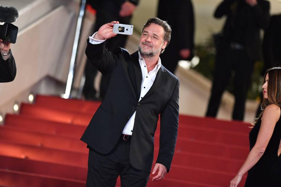 """Russell Crowe en Giorgio Armani lors de la montée des marches de """"The Nice guys"""" le 15 mai 2016 à Cannes."""