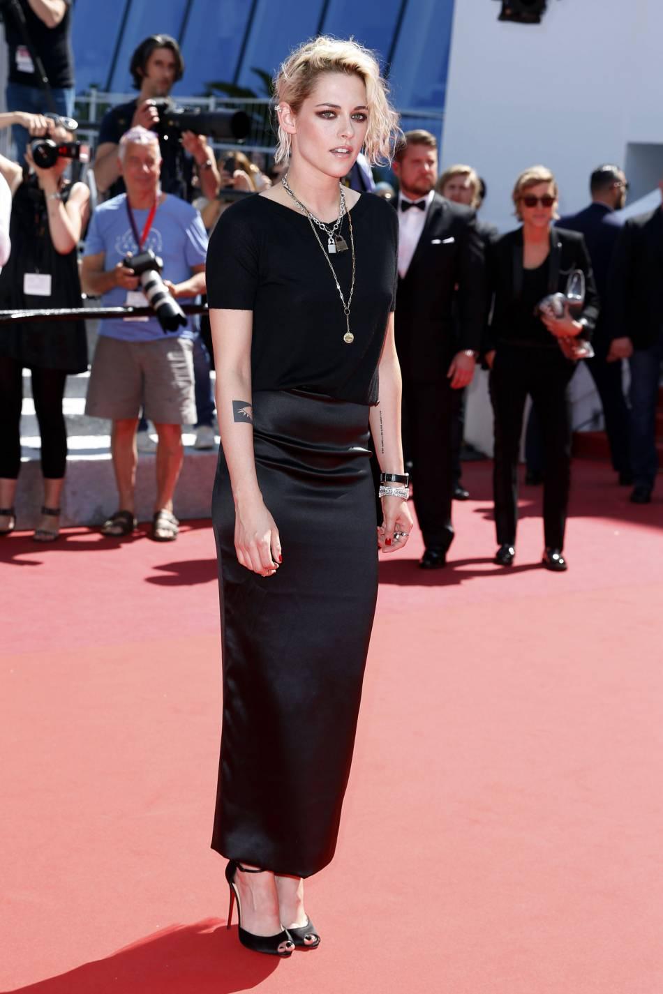 """Kristen Stewart en total look Chanel et escarpins Christian Louboutin lors de la montée des marches de """"American Honey"""" le 15 mai 2016 à Cannes."""