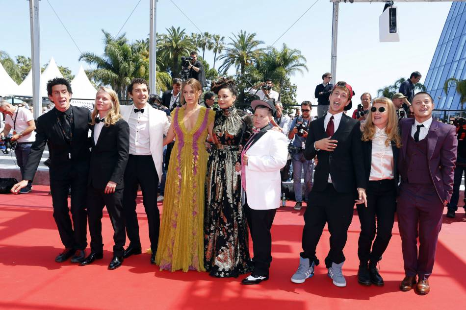 """L'équipe de """"American Honey"""" monte les marches de le 15 mai 2016 à Cannes."""