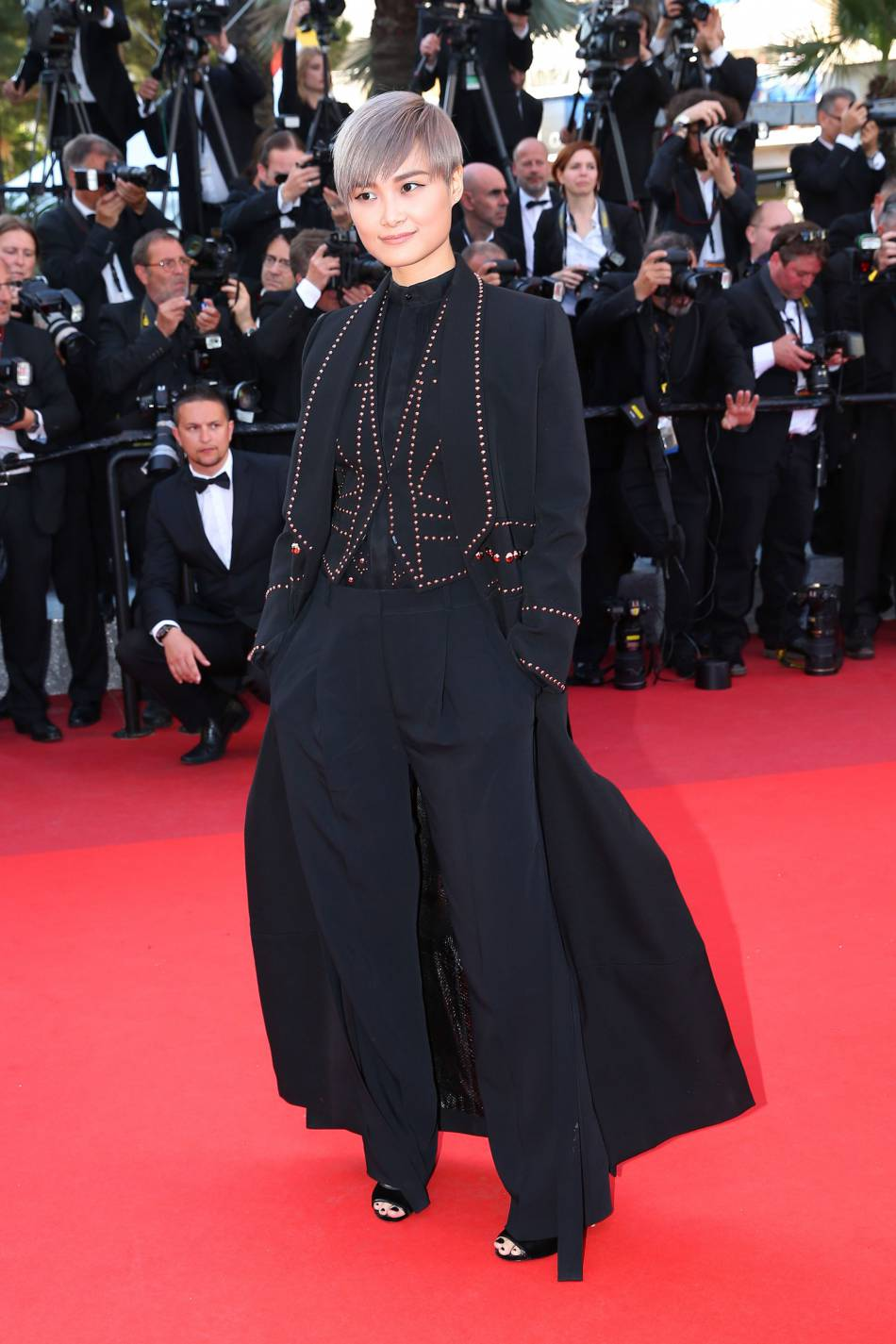 """Chris Lee en Givenchy Haute Couture lors de la montée des marches de """"Mal de pierres"""" le 15 mai 2016 à Cannes."""