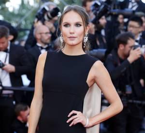 """Ana Girardot parée par Boucheron lors de la montée des marches de """"Mal de pierres"""" le 15 mai 2016 à Cannes."""