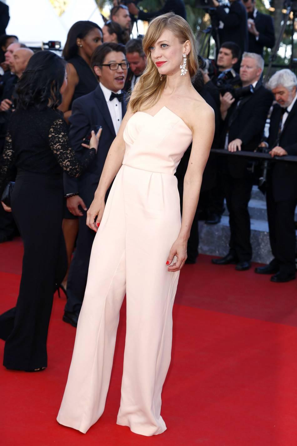 """L'égérie L'Oréal Paris Heike Makatsch lors de la montée des marches de """"Mal de pierre"""" le 15 mai 2016 à Cannes."""