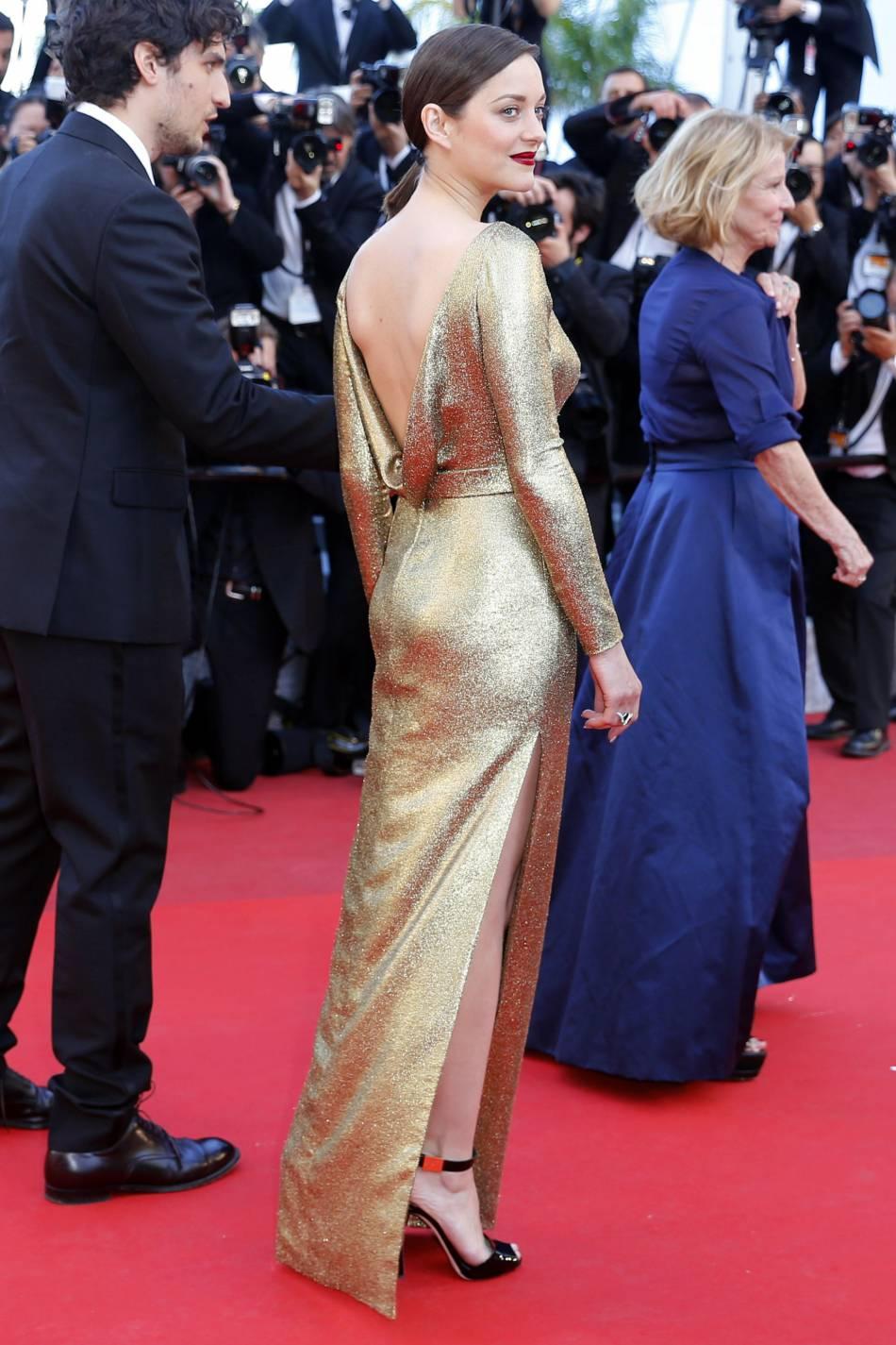 """Marion Cotillard en Dior Haute Couture, bijoux Chopard et sandales Giuseppe Zanotti Design lors de la montée des marches de """"Mal de pierres"""" le 15 mai 2016 à Cannes."""