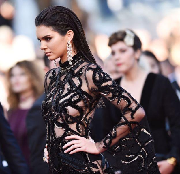 """Kendall Jenner lors de la montée des marches de """"Mal de pierres"""" le 15 mai 2016 à Cannes."""