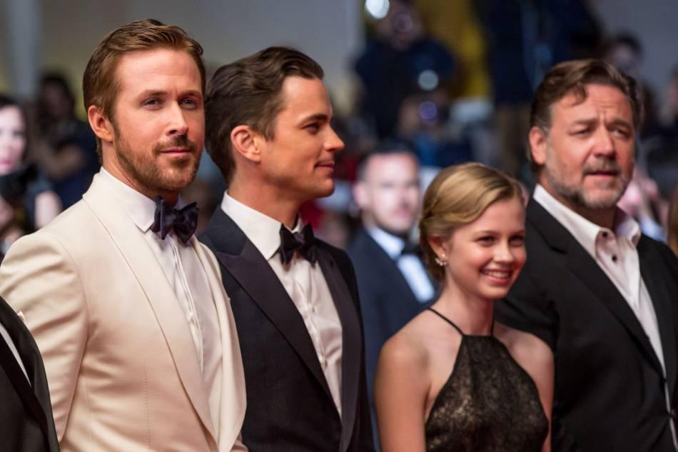 """Ryan Gosling en Gucci, Matt Bomer en Giorgio Armani, Angourie Rice et Russell Crow lors de la montée des marches de """"The nice guys"""" le 15 mai 2016 à Cannes."""