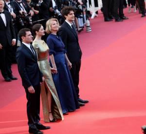 """La montée des marches du film """"Mal de pierres""""."""