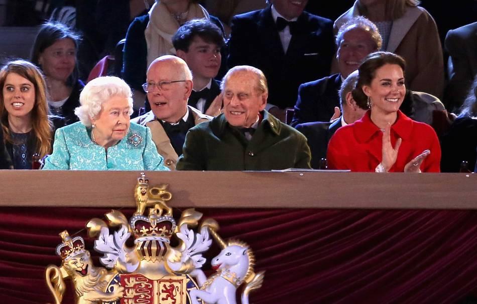 La reine été ravie d'assister à ce spectacle, entourée de sa famille.