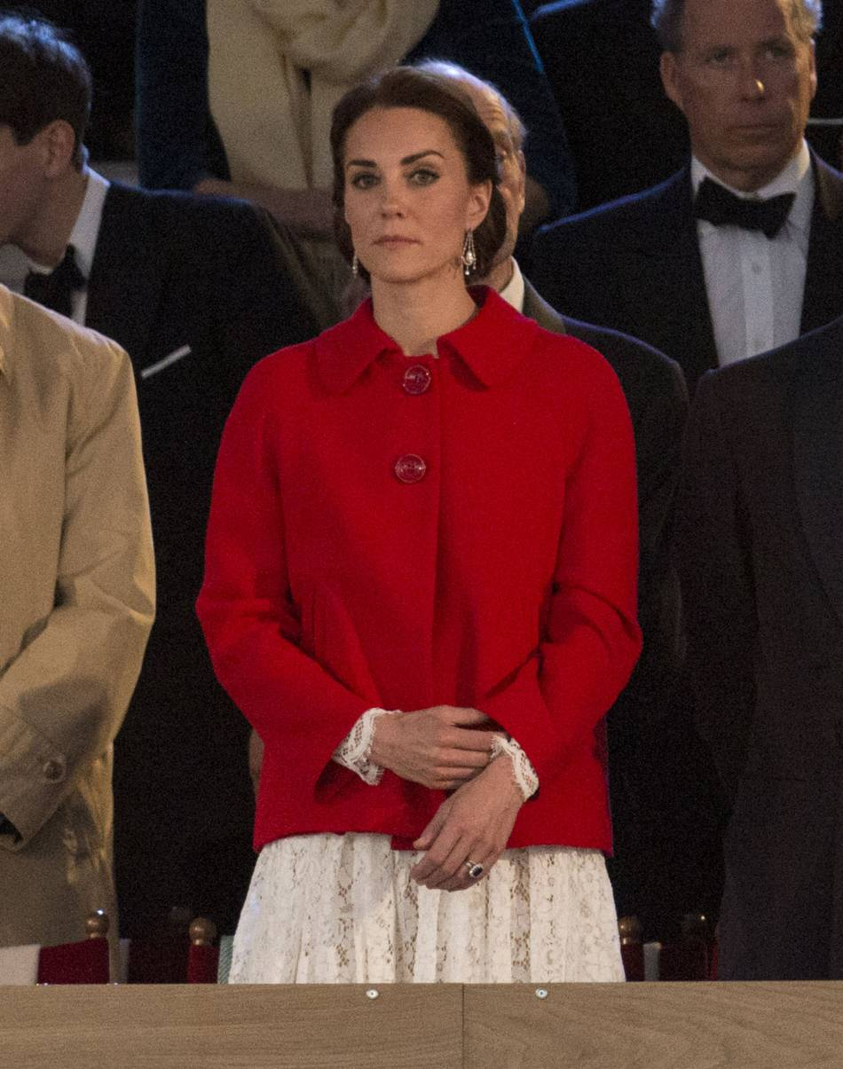 Kate Middleton en robe Dolce & Gabanna et manteau Zara. Le grand écart mode !