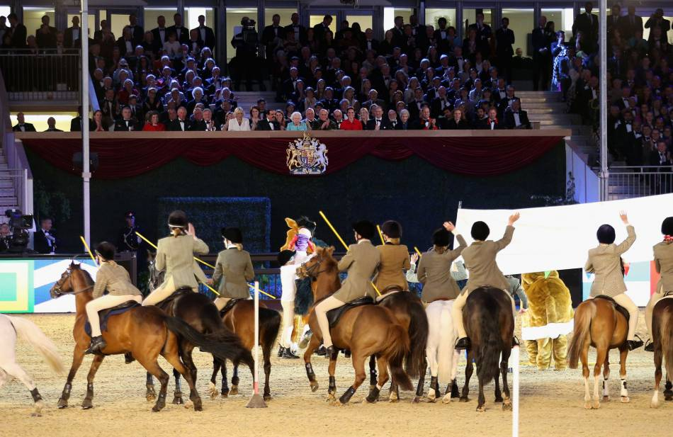 Passionnée par les chevaux, la reine a été très heureuse d'assister à un grand spectacle équestre.