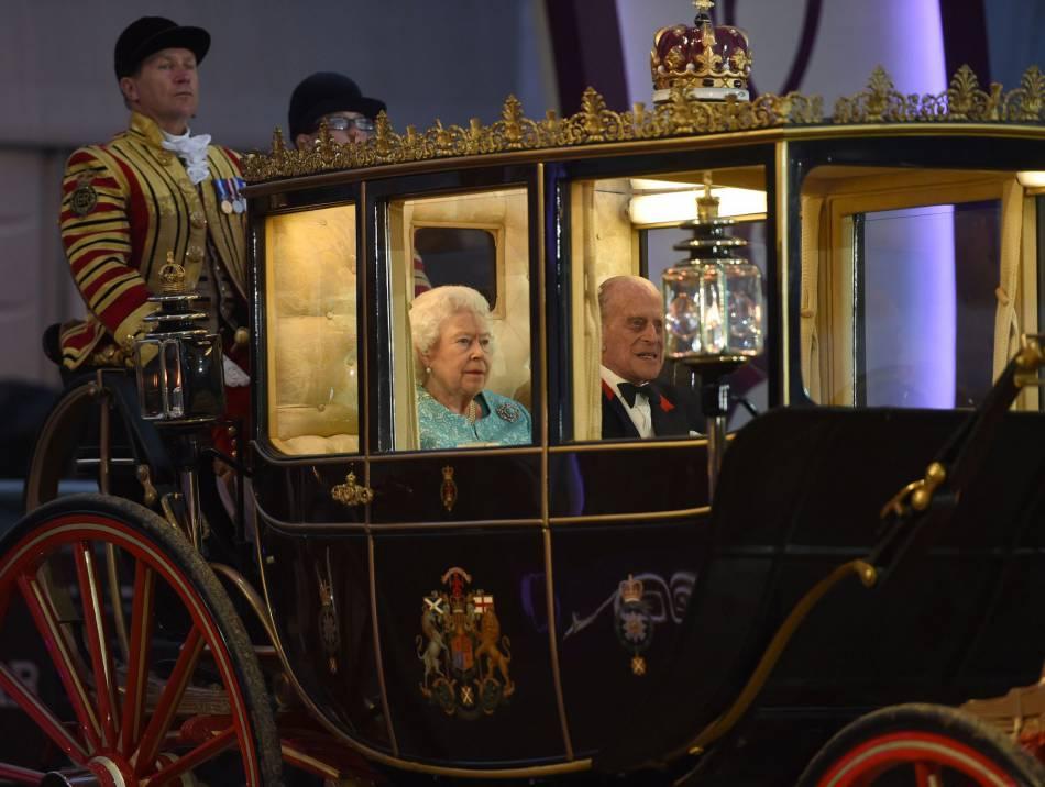 La reine d'Angleterre est arrivée en carrosse à la fête, une soirée retransmise à la télé anglaise !