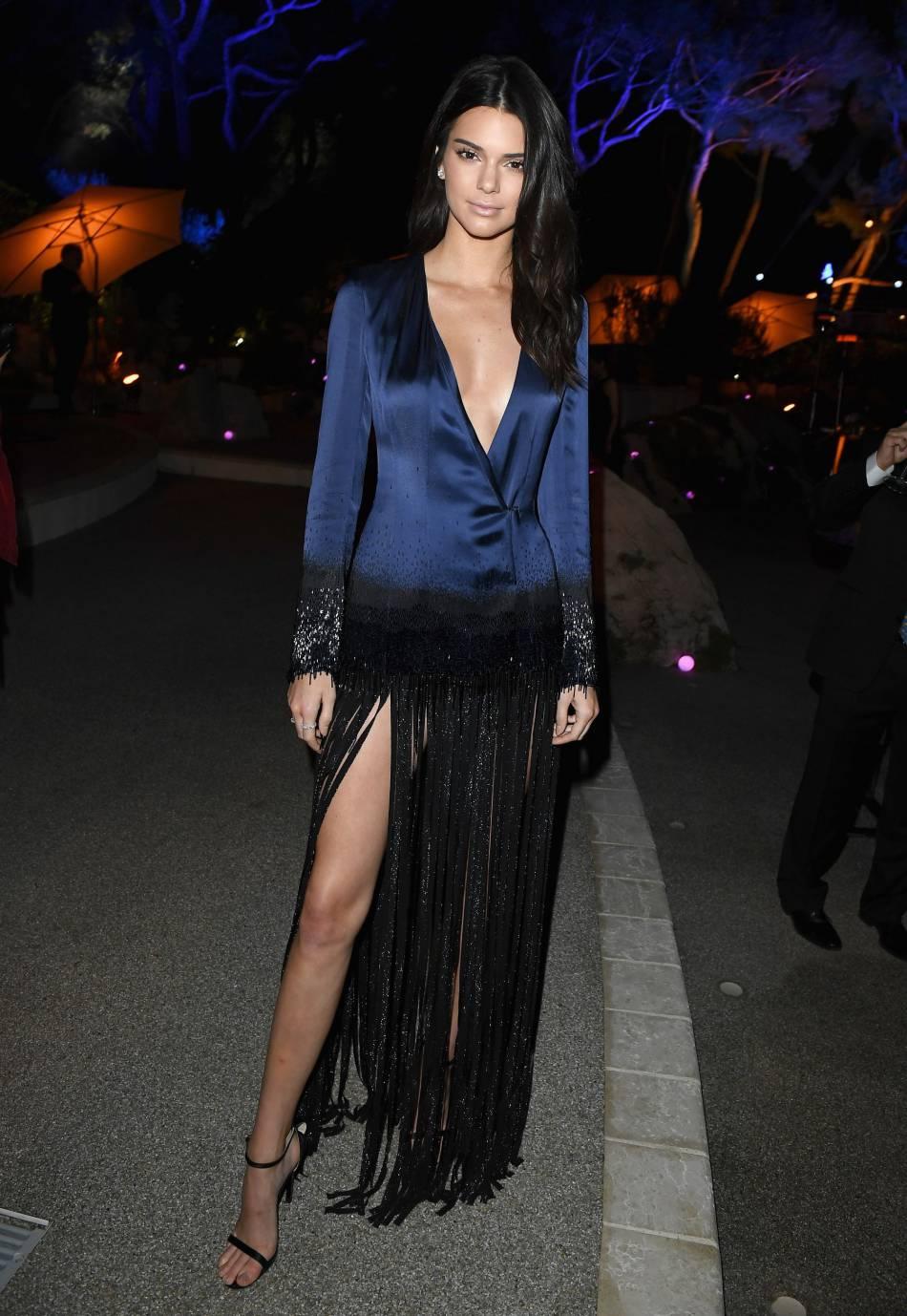 Kendall Jenner laisse apparaître ses gambettes sous un rideau de franges.