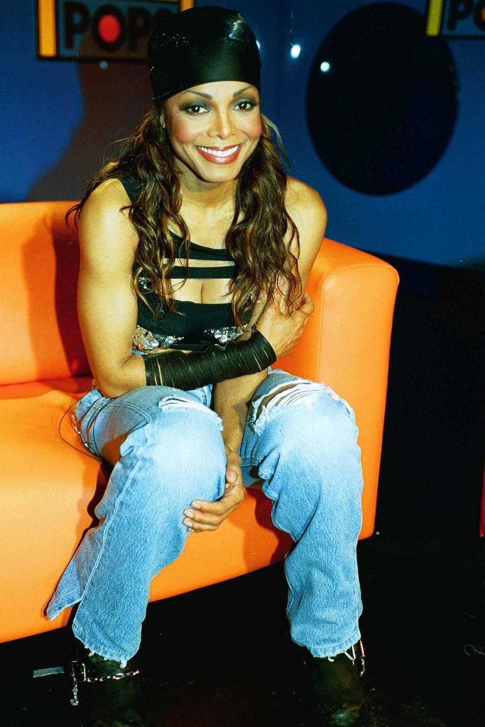 """Janet Jackson se la joue sexy avec un top déchiré en 2001, lors de la promo de son tube """"All for you""""."""