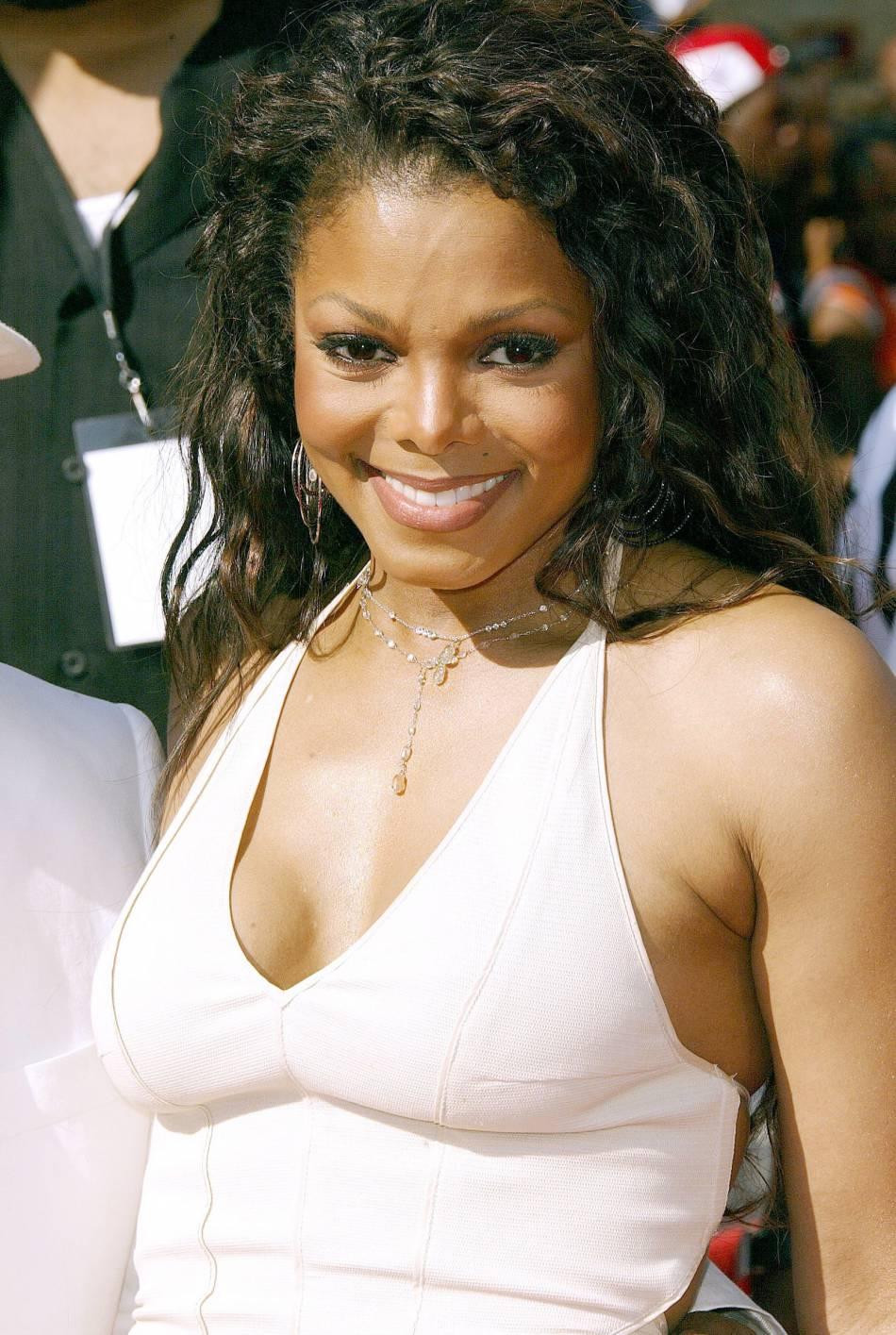 Janet Jackson mise sur la simplicité sans oublier le sex-appeal en 2004.