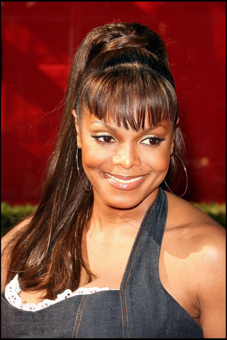 Janet Jackson moulée comme jamais, adopte un style de pin-up en 2006.