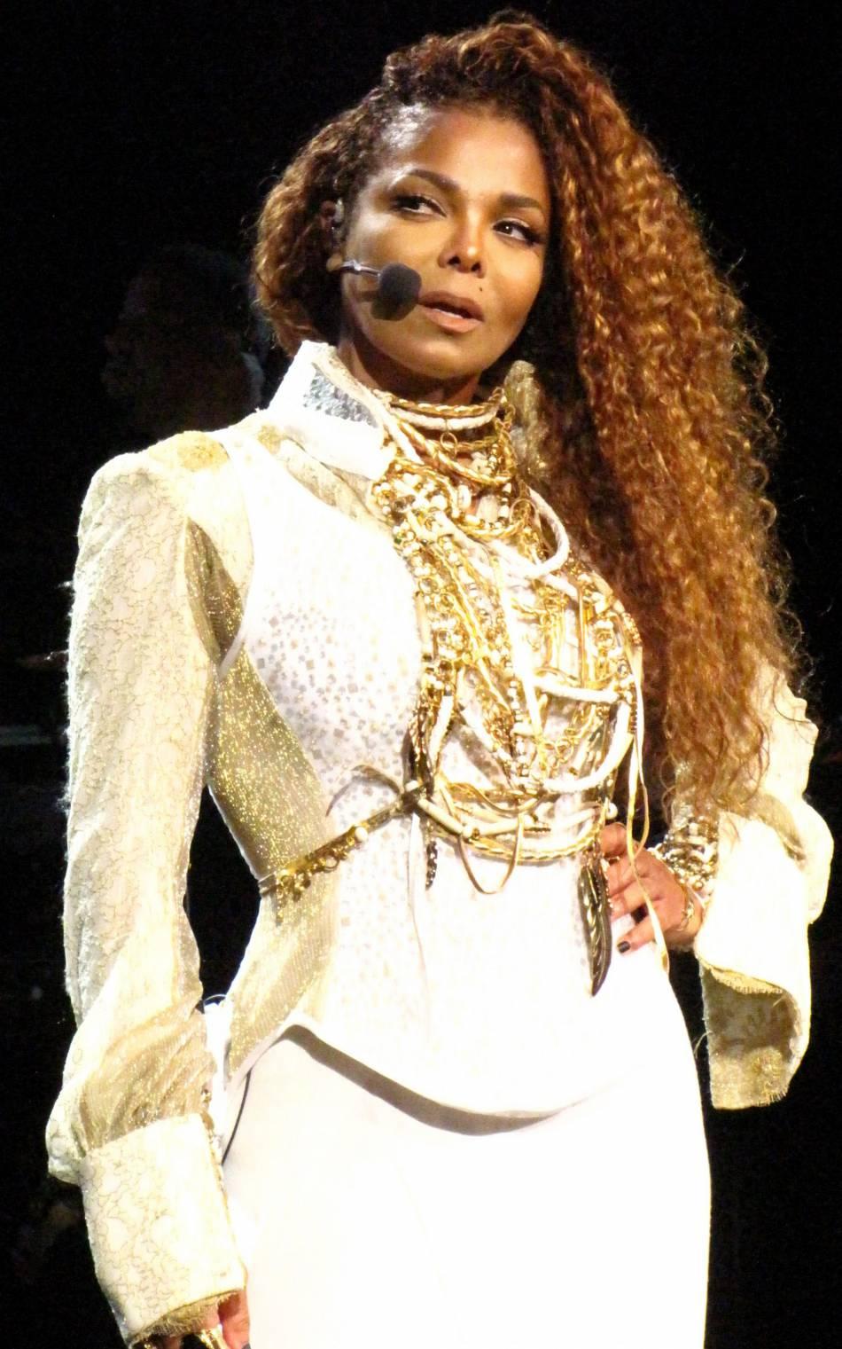 Janet Jackson fait son come-back sur scène en 2015 avec le Unbreakable Tour.