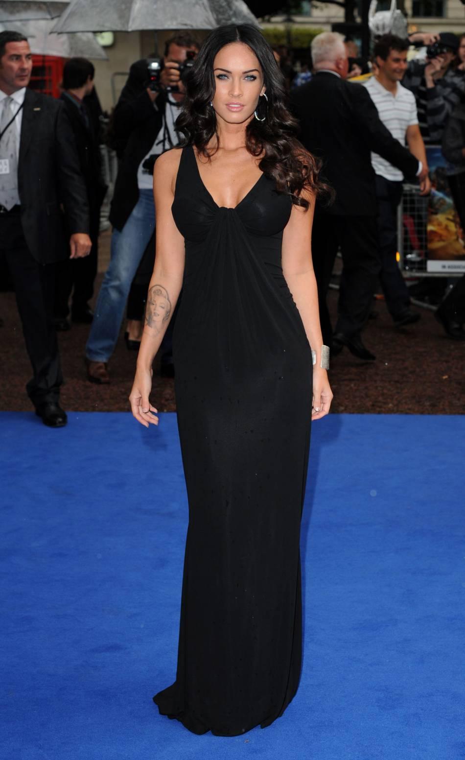 Prothèses mammaires en vue, Megan Fox se lance dans l'opération séduction sur red carpet.