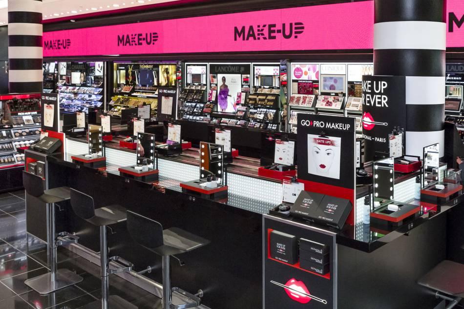 Un espace girly et convivial où des make up artists sont à disposition pour vous aider.