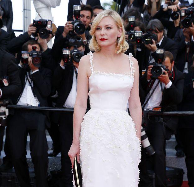 """Kirsten Dunst est éblouissante dans une robe romantique Christian Dior pour la première de """"Loving"""" de Jeff Nichols, signant la sixième montée des marches du Festival de Cannes 2016."""