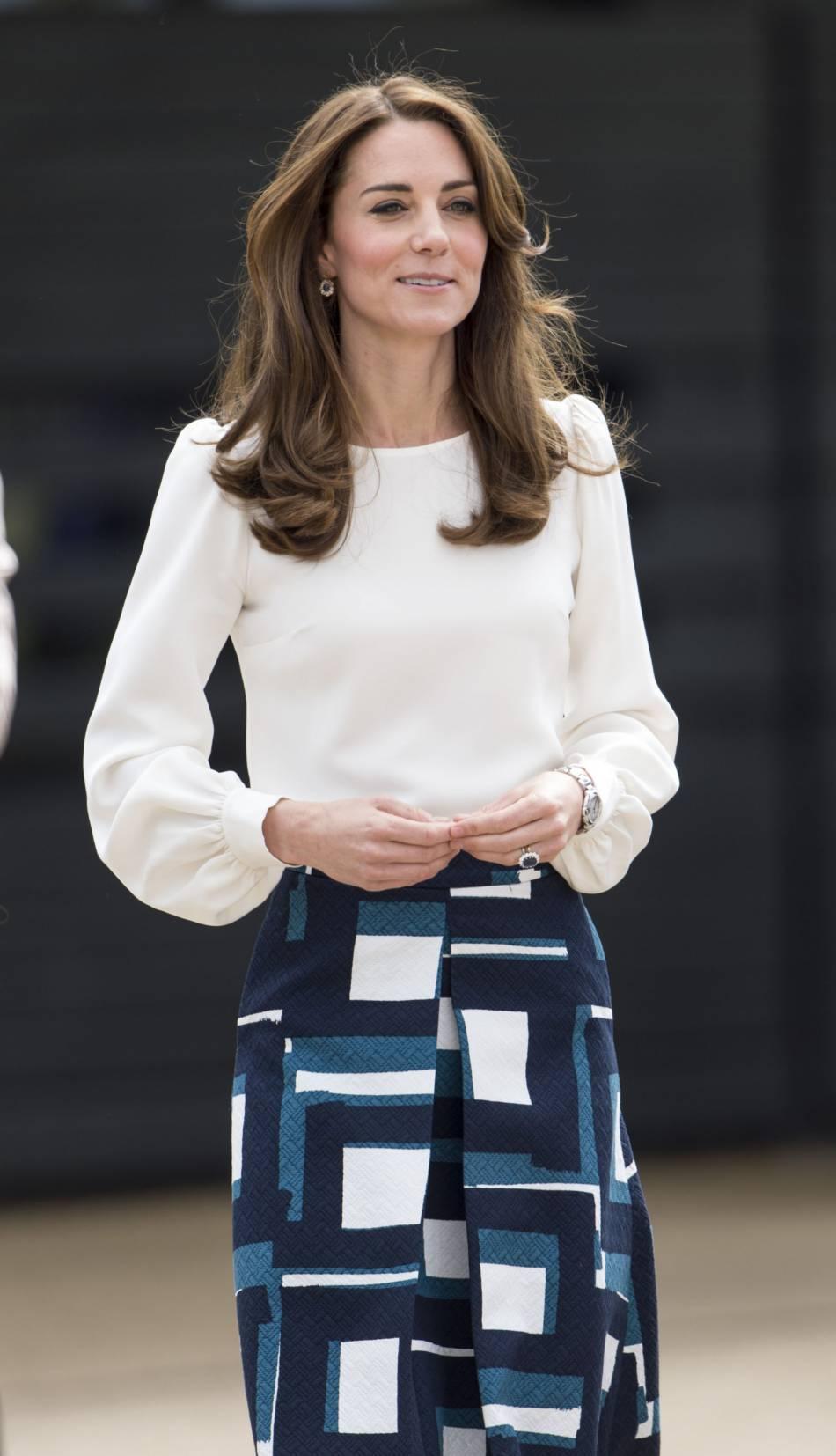 Kate Middleton mélange vêtements de luxe et vêtements bon marché : ici elle porte une robe Banana Republic à 100 euros environ.