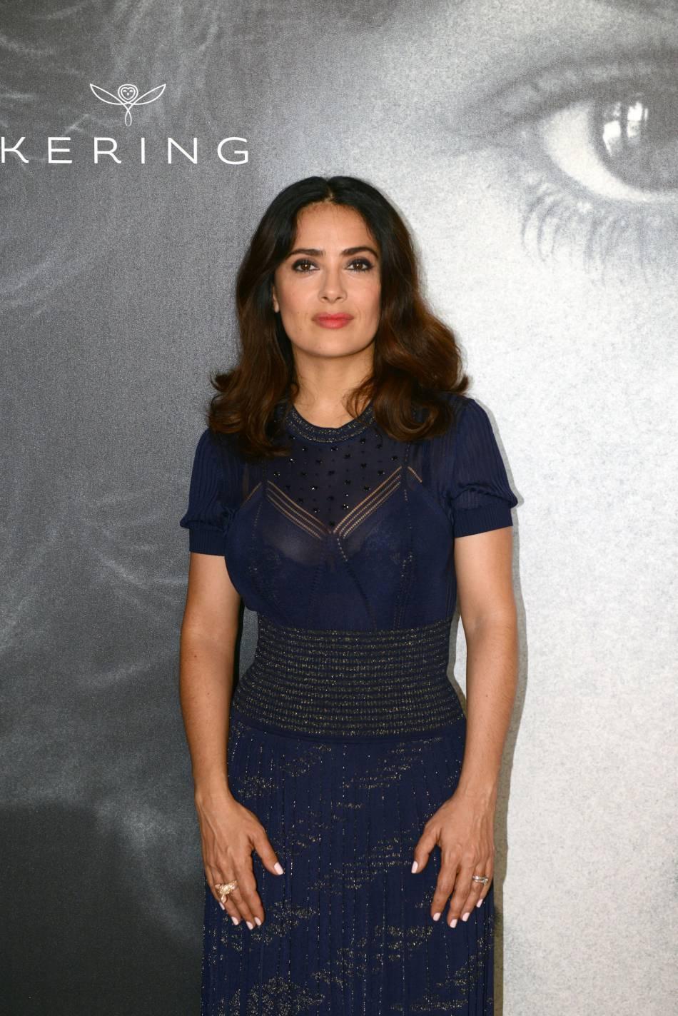 Salma Hayek dévoile ses plus beaux atouts dans une longue robe bleue.
