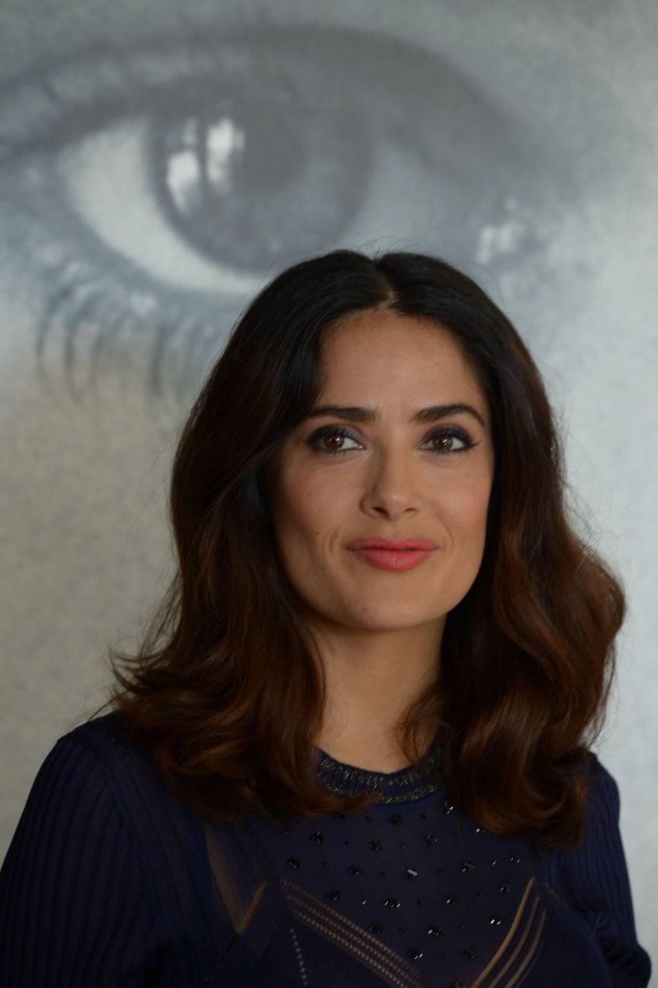 Salma Hayek dévoile une mise en beauté glamour.