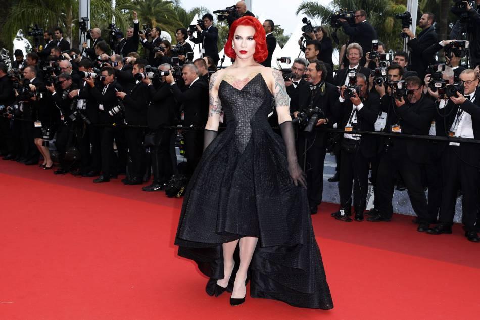 Dans une robe noire Zac Posen, Miss Fame fait sensation sur le tapis rouge.