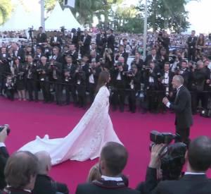 Dans les dernières secondes de la vidéo on découvre la deuxième montée des marches de l'égérie l'Oréal Miss Fame.