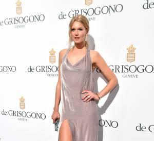 Le mannequin Toni Garrn, sexy dans une robe fendue.